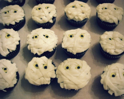 Mummy Cupcakes | Chocolate cupcakes with vanilla frosting